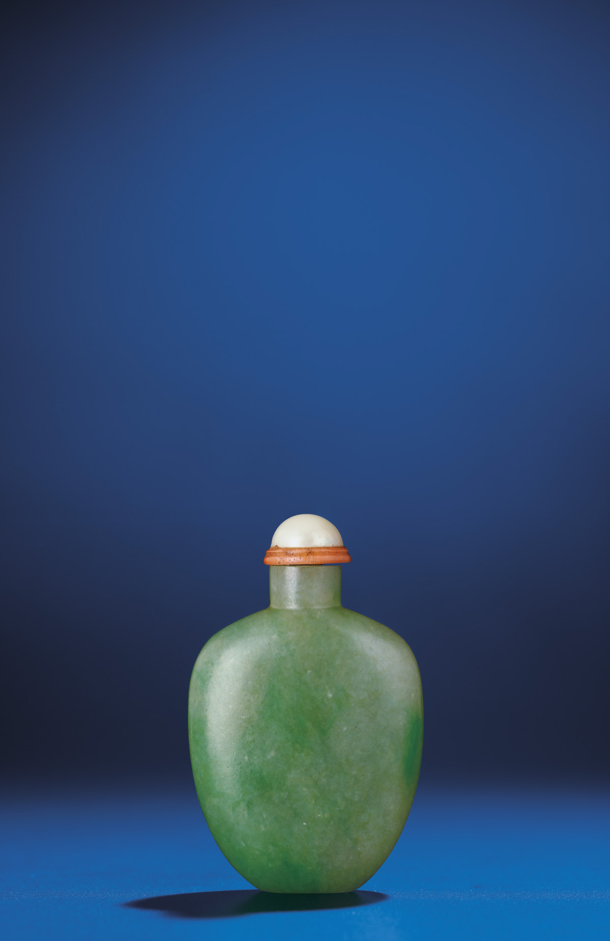 A SMALL JADEITE SNUFF BOTTLE