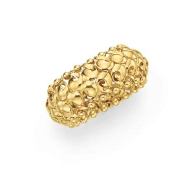 A RETRO GOLD BANGLE BRACELET