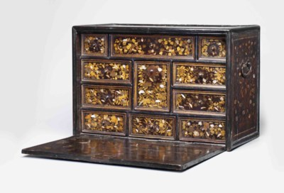An inlaid export-lacquer chest