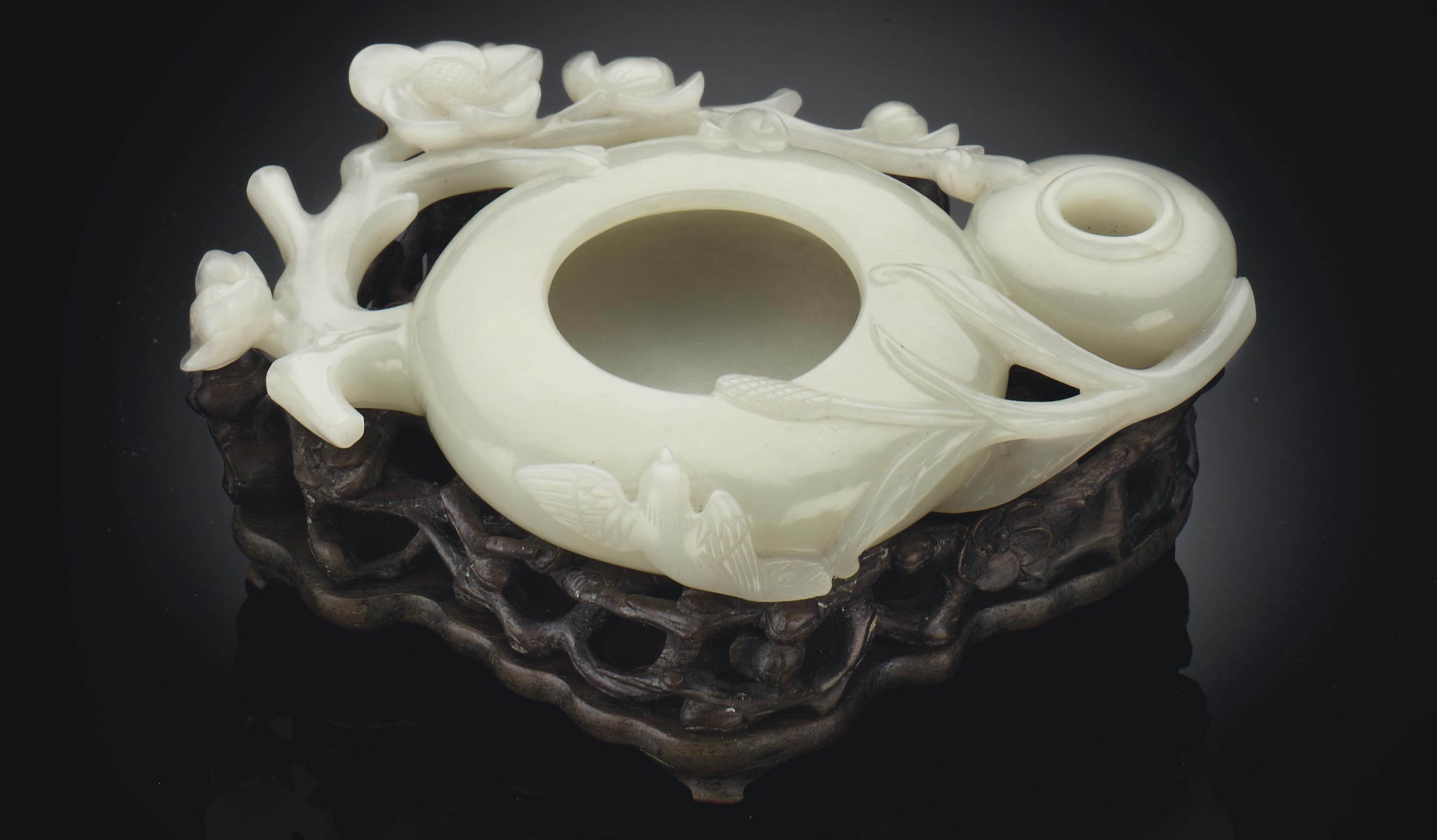 A WHITE JADE SHALLOW BRUSH WAS