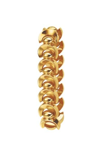 A GOLD BRACELET