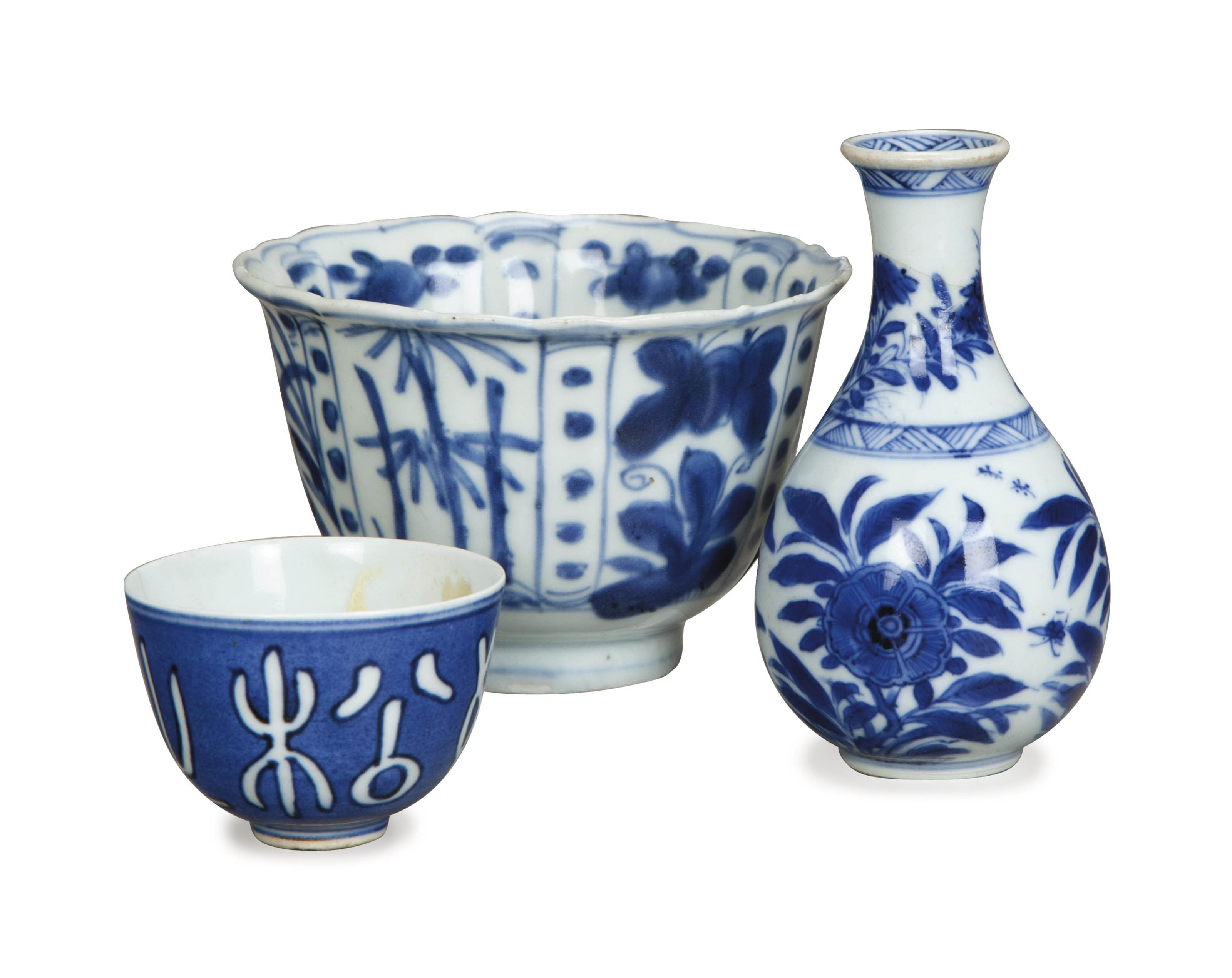 THREE SMALL CHINESE BLUE AND WHITE TABLE WARES,