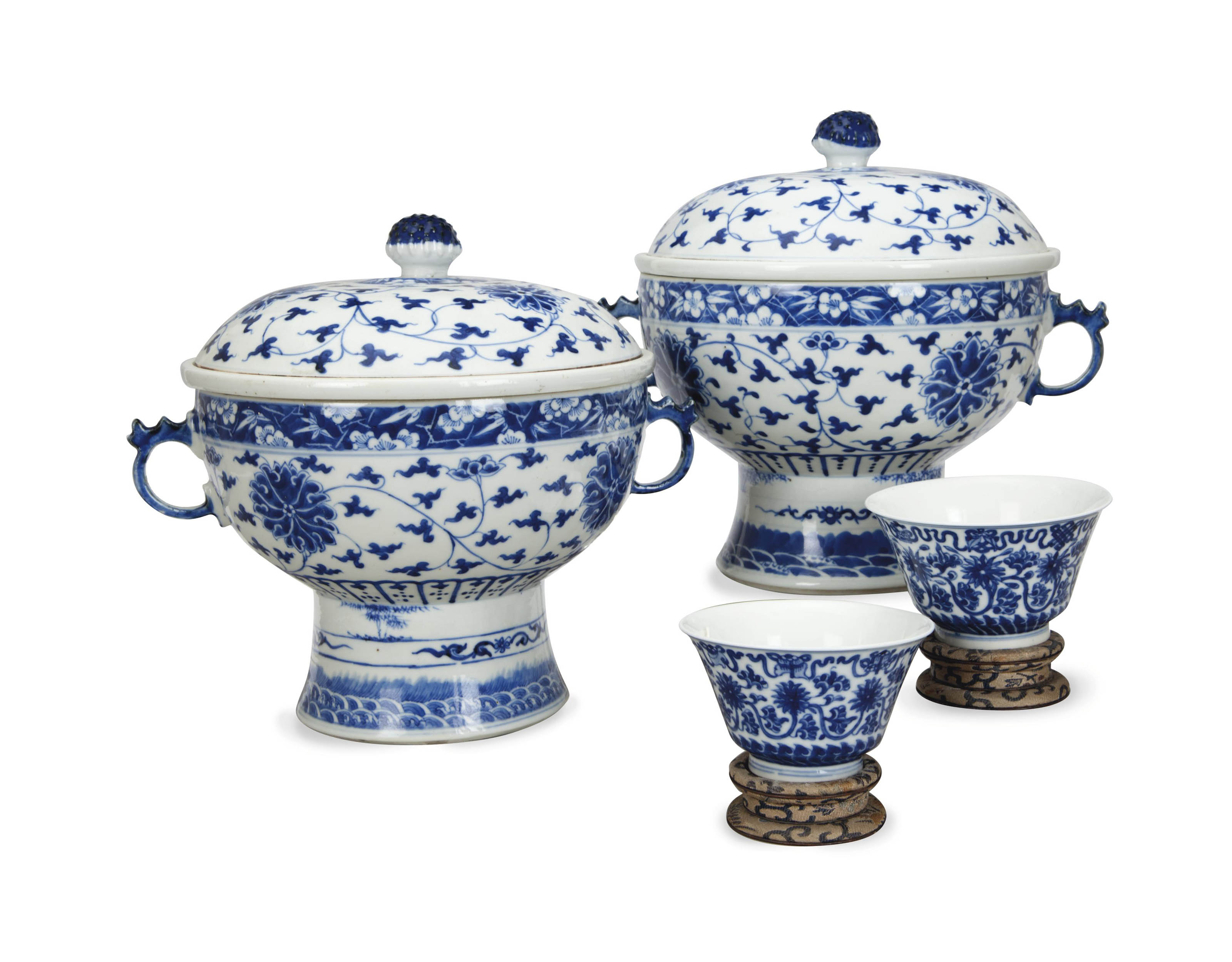 A PAIR OF SMALL CHINESE BLUE AND WHITE BOWLS AND A PAIR OF LARGE BLUE AND WHITE TWO-HANDLED FOOTED BOWLS AND COVERS,