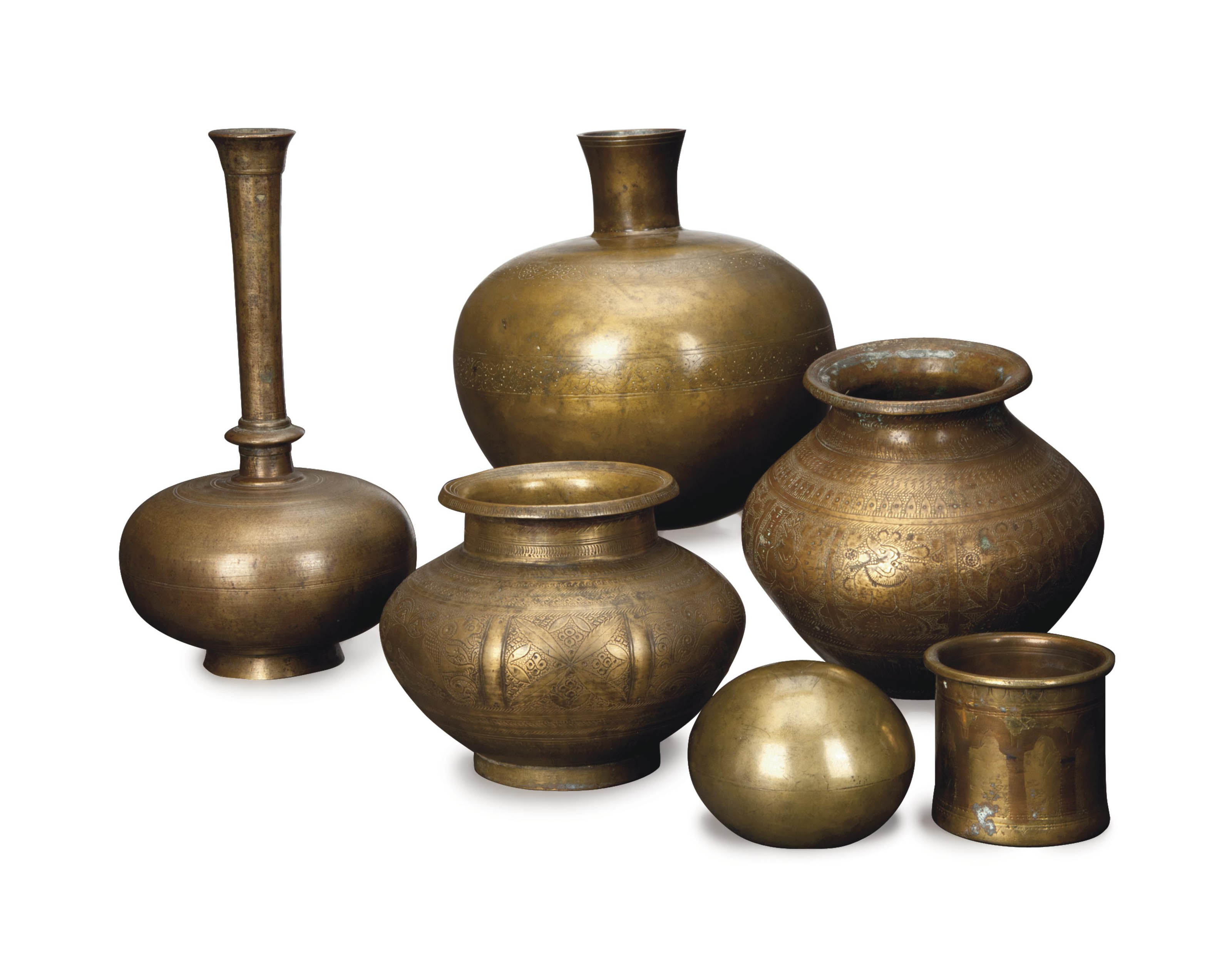 A GROUP OF INDIAN METALWARE OBJECTS AND VESSELS,