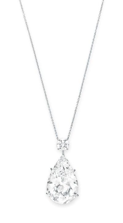 A DIAMOND PENDANT NECKLACE