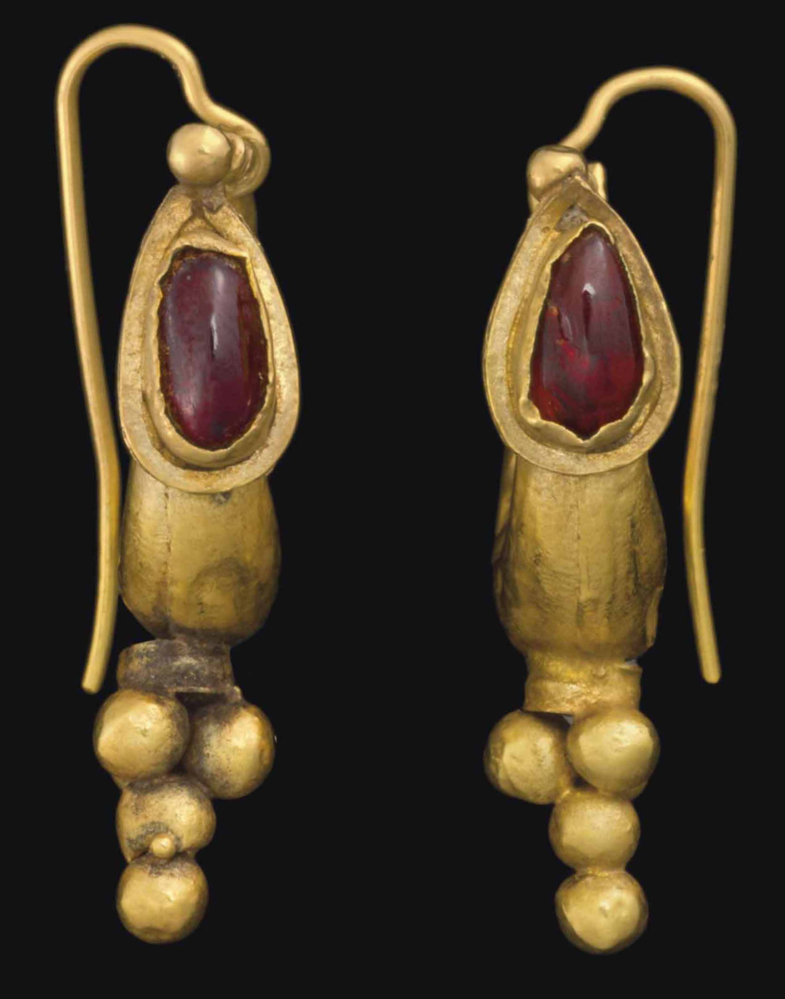 A PAIR OF ROMAN GOLD AND GARNE