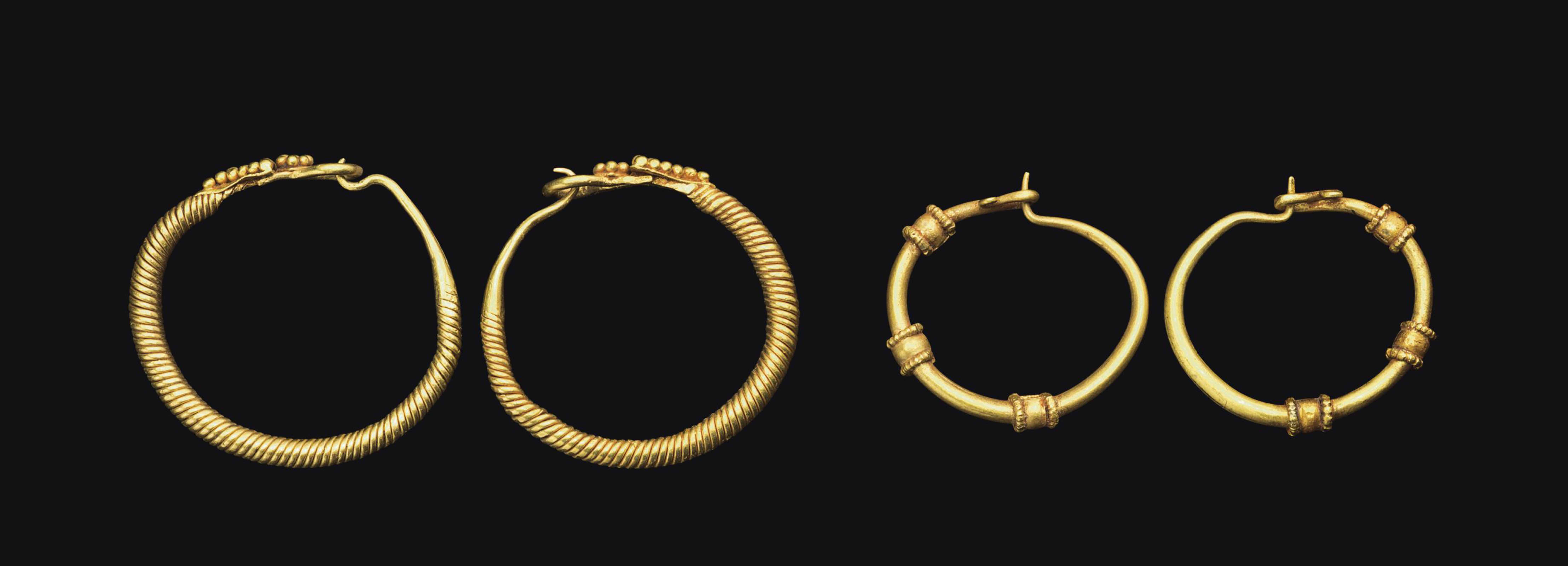TWO PAIRS OF ROMAN GOLD HOOP E
