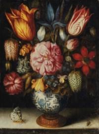 Bouquet de tulipes, rose, iris, oeillet et ancolie dans un vase en porcelaine avec un papillon et une mouche sur un entablement en pierre