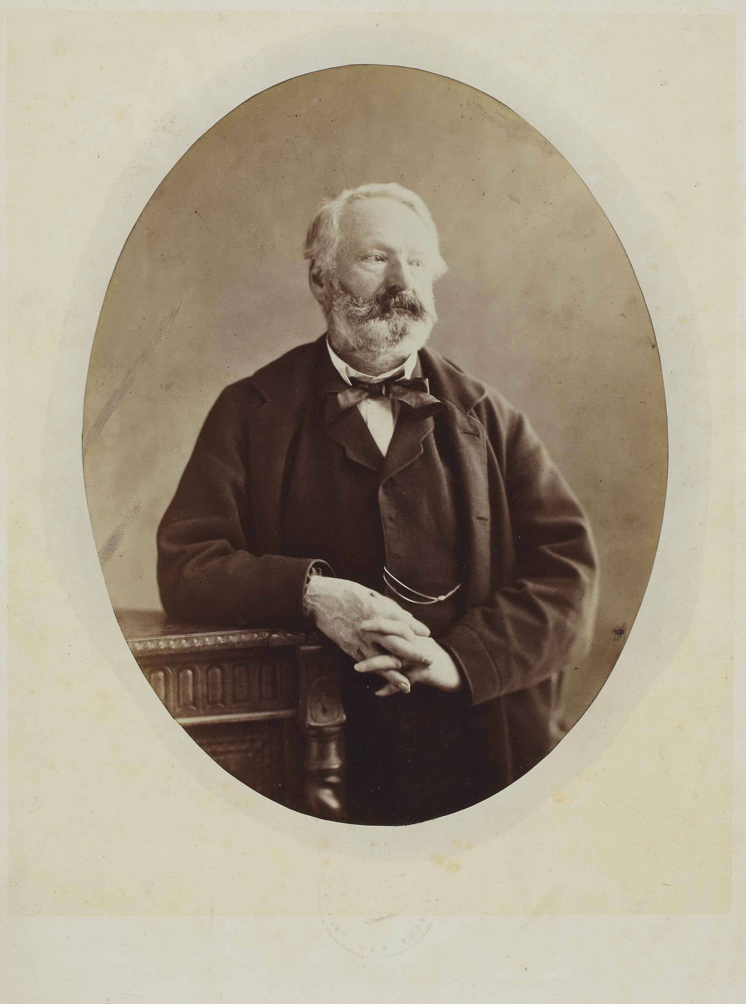 Victor Hugo les mains croisées accoudé sur une table, 1862