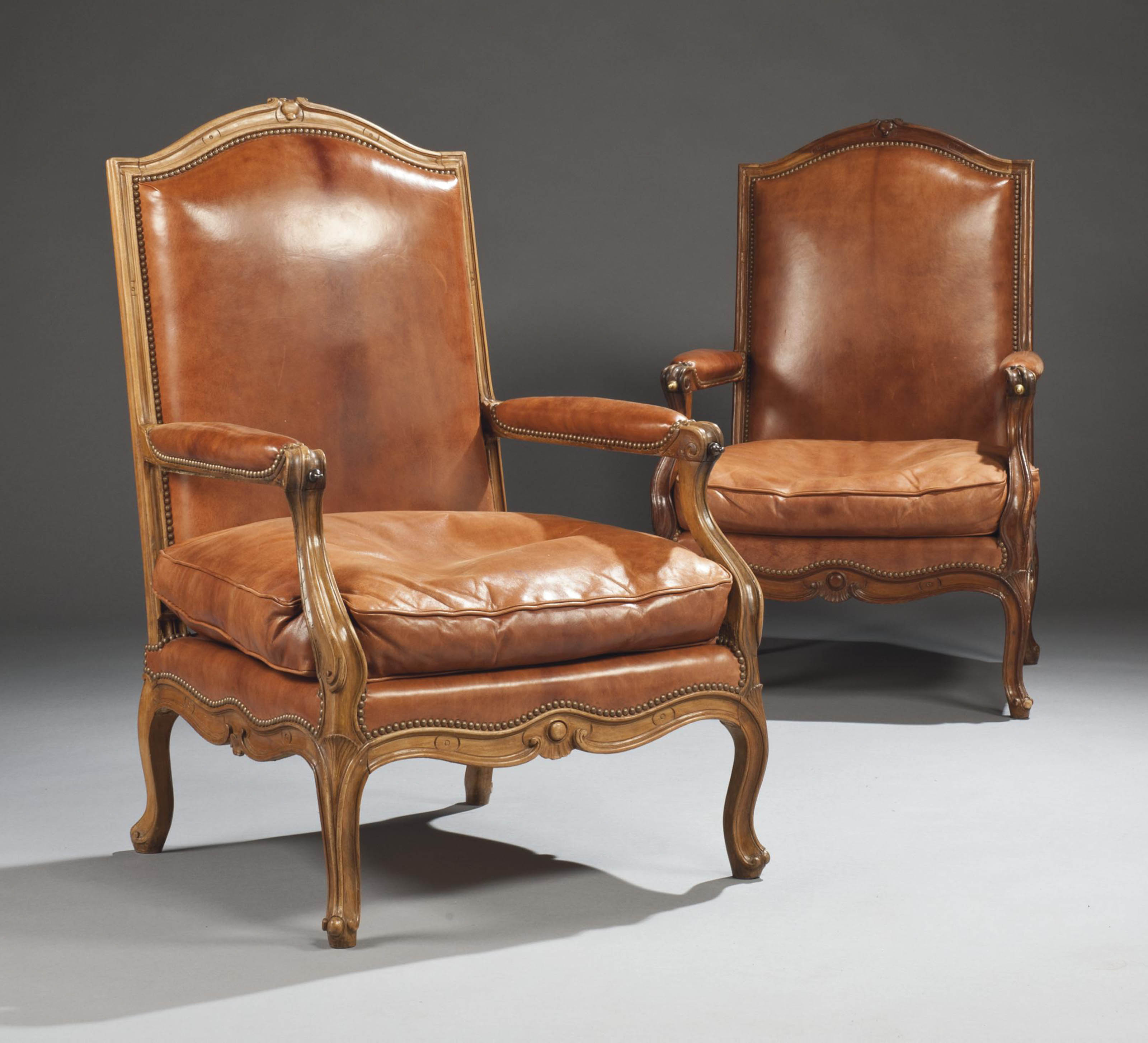 large fauteuil a la reine d 39 epoque louis xv avec un fauteuil du meme modele d 39 epoque posterieure. Black Bedroom Furniture Sets. Home Design Ideas