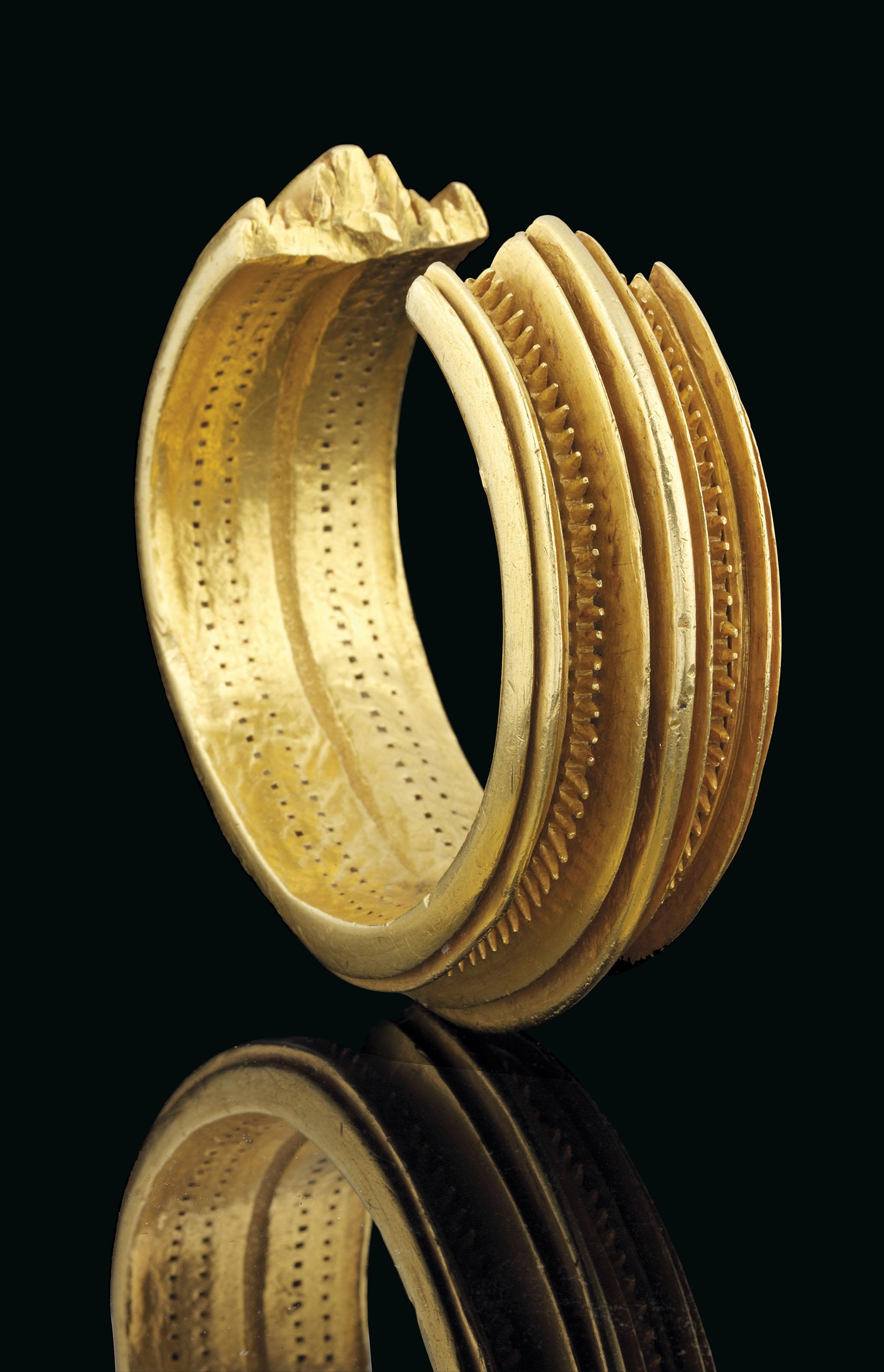 A CELTIC SOLID GOLD BRACELET