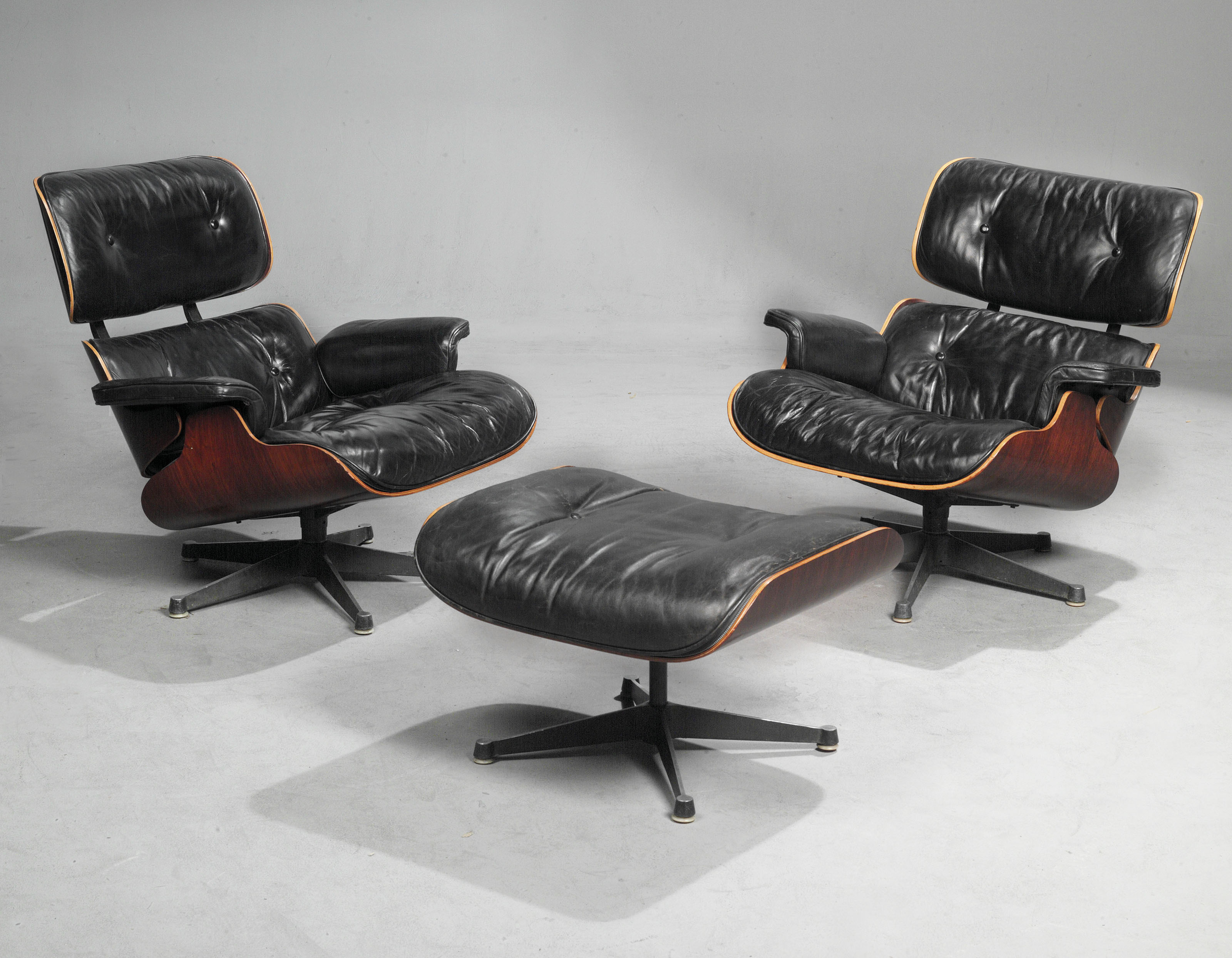 A PAIR OF CHARLES & RAY EAMES '670' LOUNGE CHAIRS AND A '671' OTTOMAN