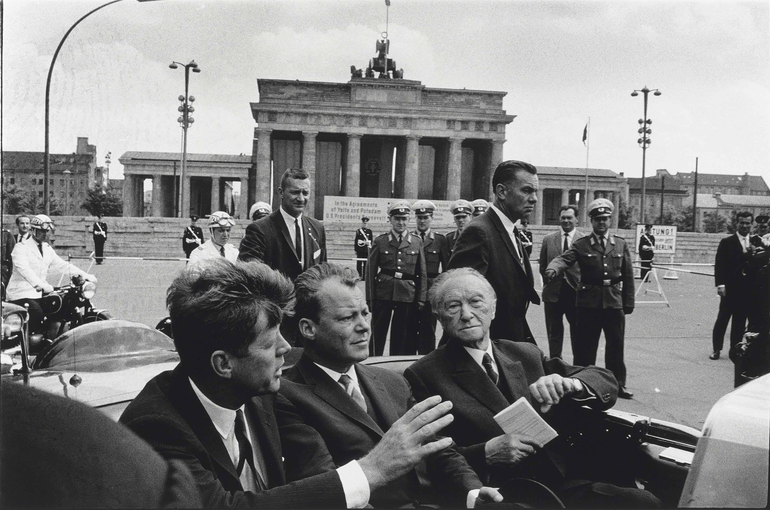 John F. Kennedy, Willy Brandt, Konrad Adenauer vom Brandenburg Tor, Berlin, 1963