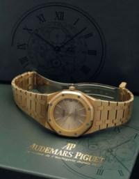 AUDEMARS PIGUET. A RARE 18K GOLD AUTOMATIC BRACELET WATCH WITH SWEEP CENTRE SECONDS AND DATE. SIGNED AUDEMARS PIGUET, ROYAL OAK, NO.339, REF.4100BA, MOVEMENT NO.216'318, CASE NO.B43605-1127, CIRCA 1983