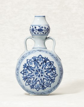 AN IMPORTANT AND RARE BLUE AND WHITE MOONFLASK, BIANPING