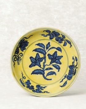 A YELLOW-GROUND BLUE AND WHITE 'GARDENIA' DISH