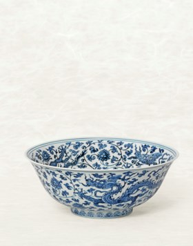 A FINE AND VERY RARE LARGE BLUE AND WHITE 'DRAGON' BOWL