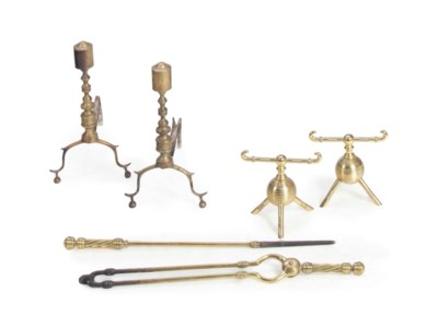 A PAIR OF BRASS ANDIRONS, WITH