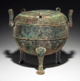 A LARGE BRONZE RITUAL TRIPOD FOOD VESSEL AND COVER, DING