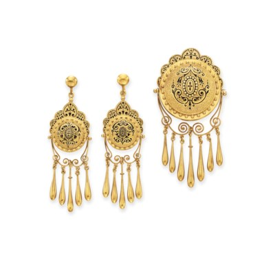 A SET OF ANTIQUE GOLD JEWELRY