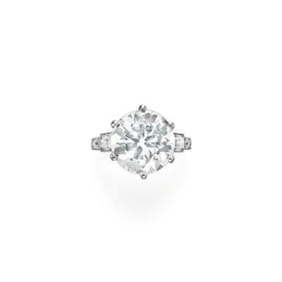 AN ART DECO DIAMOND RING, BY T