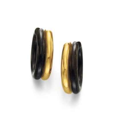 A PAIR OF WOOD AND GOLD EAR HO