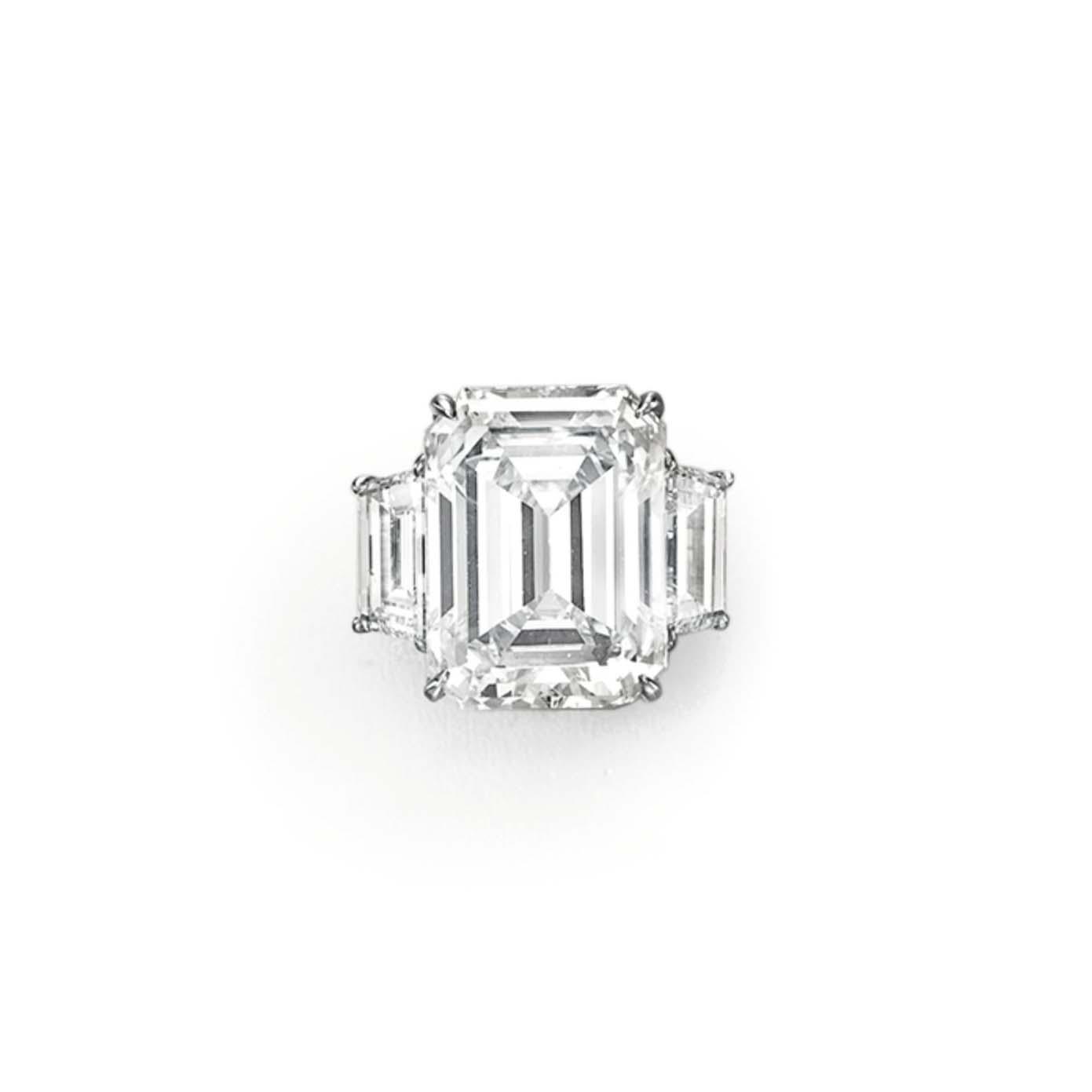 AN IMPRESSIVE DIAMOND RING, BY LORRAINE SCHWARTZ