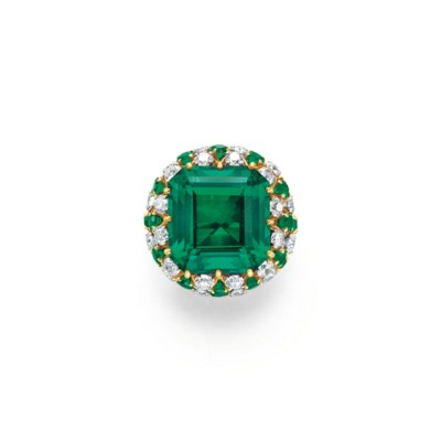 A SIMULATED EMERALD RING, BY D
