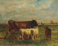 Une vache brune et deux moutons en marché dans un prairie