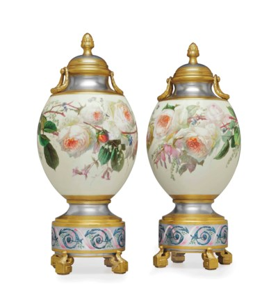 A PAIR OF PARIS PORCELAIN PLAT