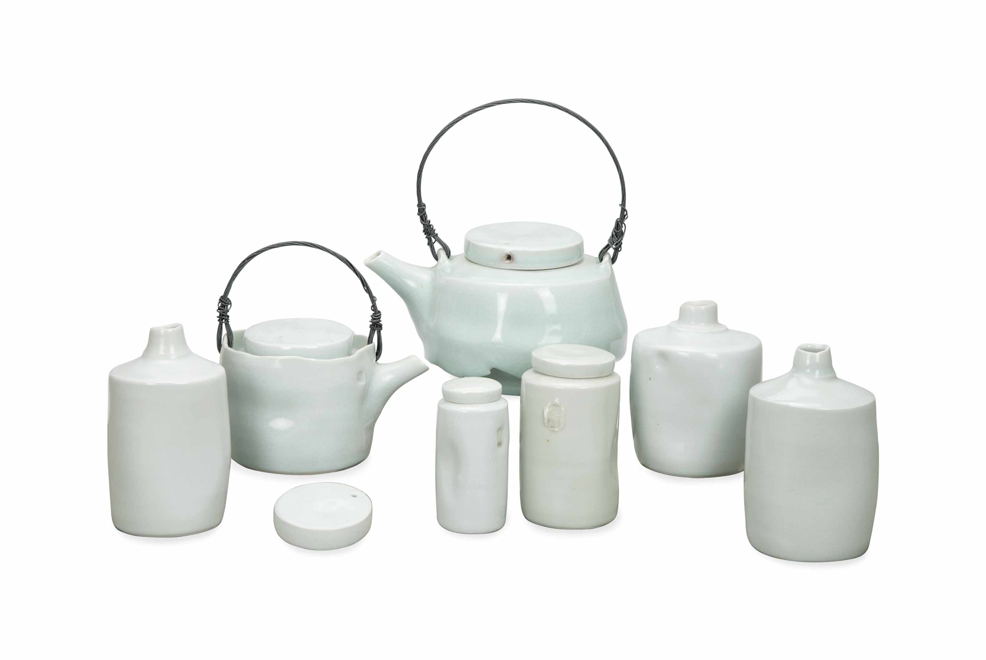 AN ENGLISH CONTEMPORARY STUDIO PORCELAIN TEA AND COFFEE SET,