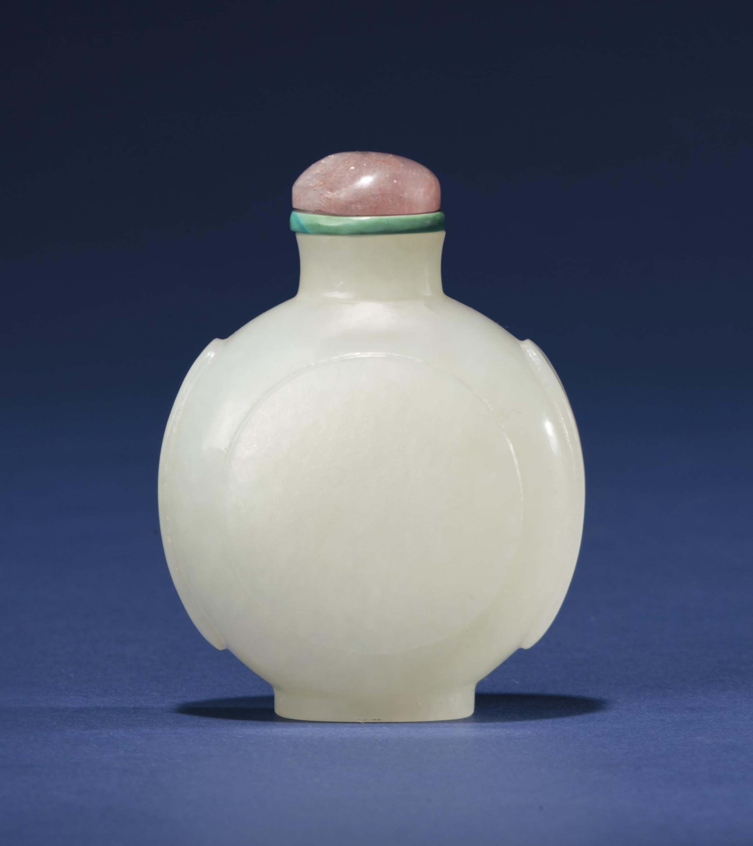 A WHITE JADE ROUNDED SNUFF BOT