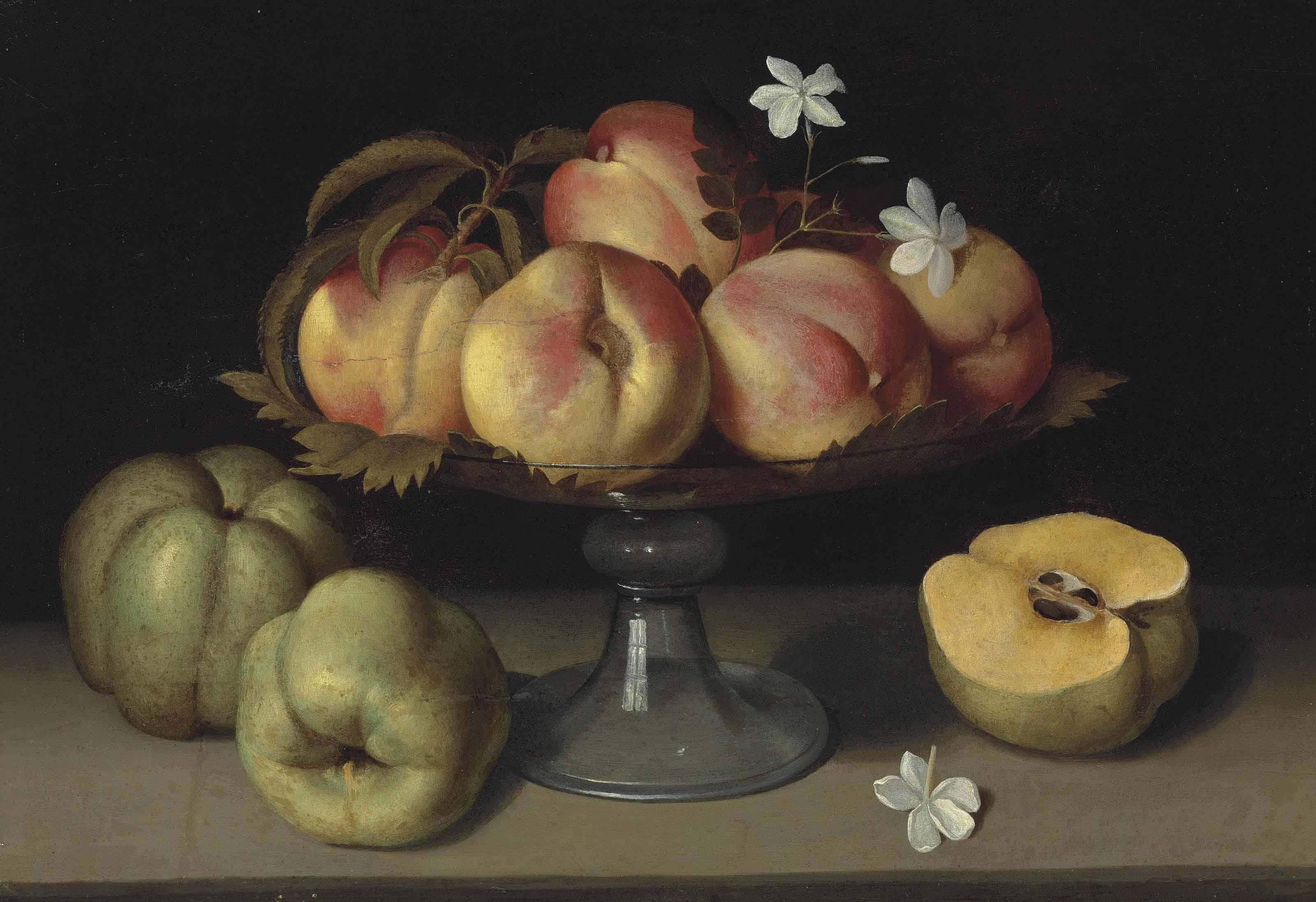 Pêches dans une coupe en verre, pommes et fleurs de jasmin
