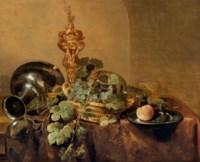 Aiguière, plat en étain et panier de raisins sur une table drapée
