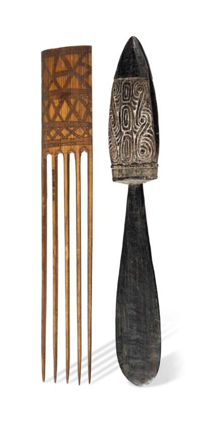 Cinq peignes et une spatule à