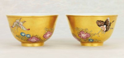 A PAIR OF RARE FAMILLE ROSE GO