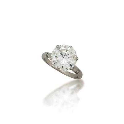 A SINGLE-STONE DIAMOND RING
