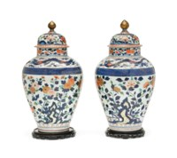 A PAIR OF JAPANESE IMARI VASES AND COVERS