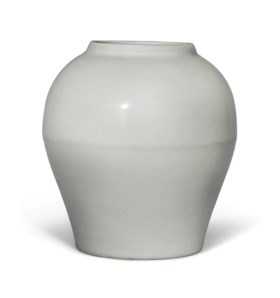 AN ANHUA-DECORATED WHITE-GLAZED JAR