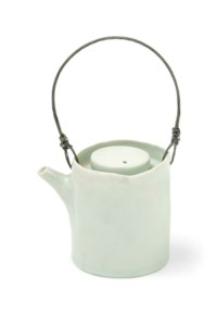 AN EDMUND DE WAAL (b.1964) PORCELAIN AND WIRE TEAPOT AND COVER