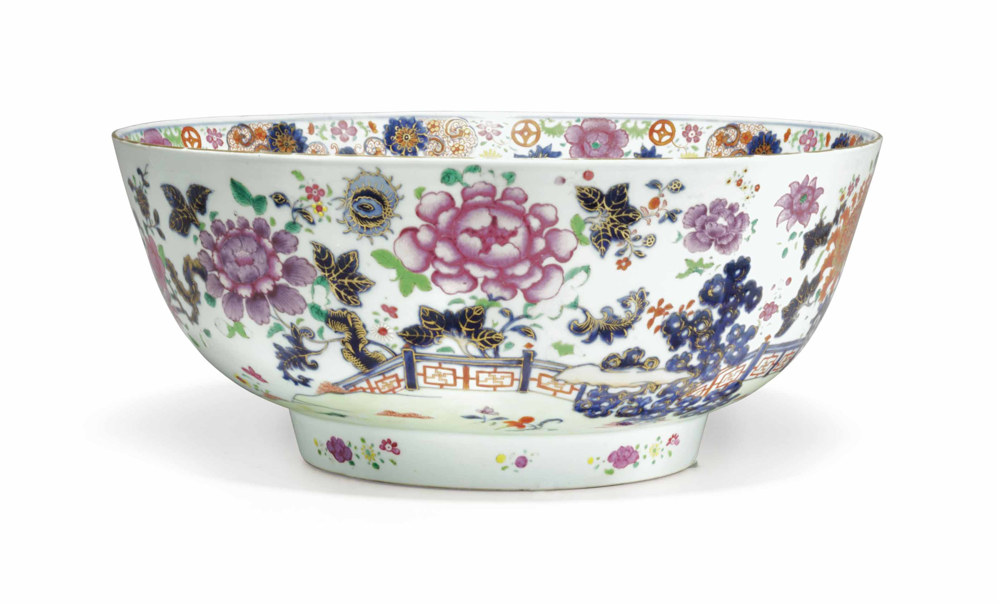 A LARGE CHINESE EXPORT PORCELAIN FAMILLE ROSE AND COBALT BLUE PUNCHBOWL