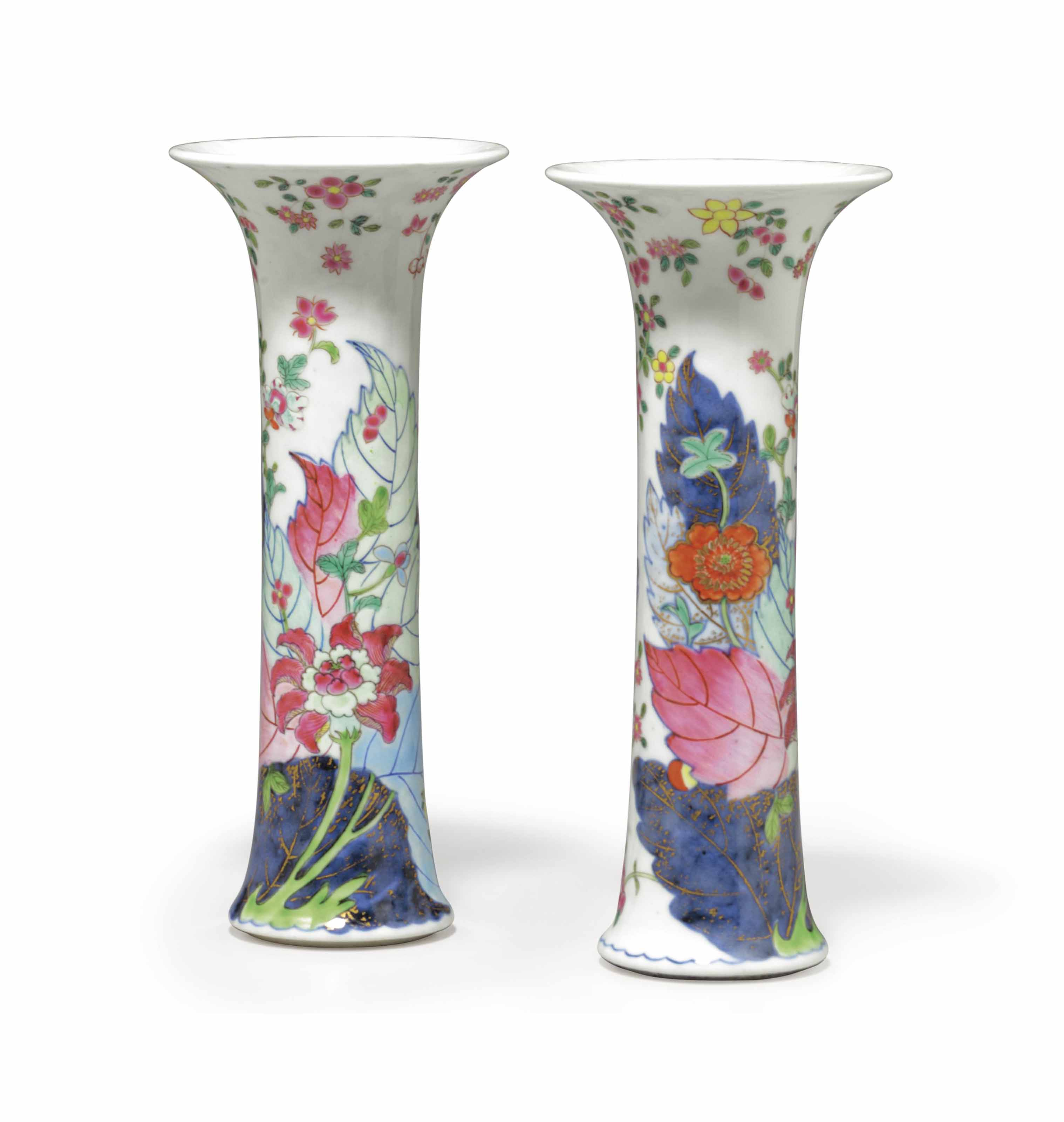 A PAIR OF CHINESE EXPORT PORCELAIN 'TOBACCO LEAF' BEAKERS