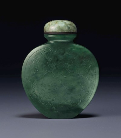 A SPINACH-GREEN JADE SNUFF BOT