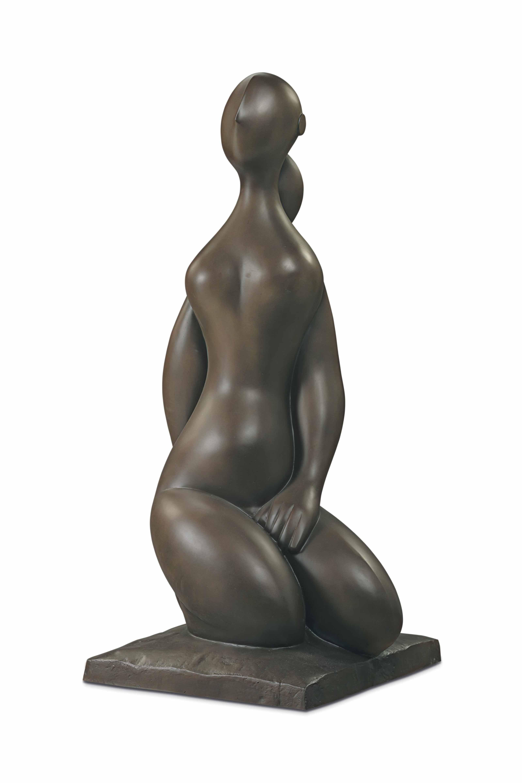 Jeune fille à genoux sur socle