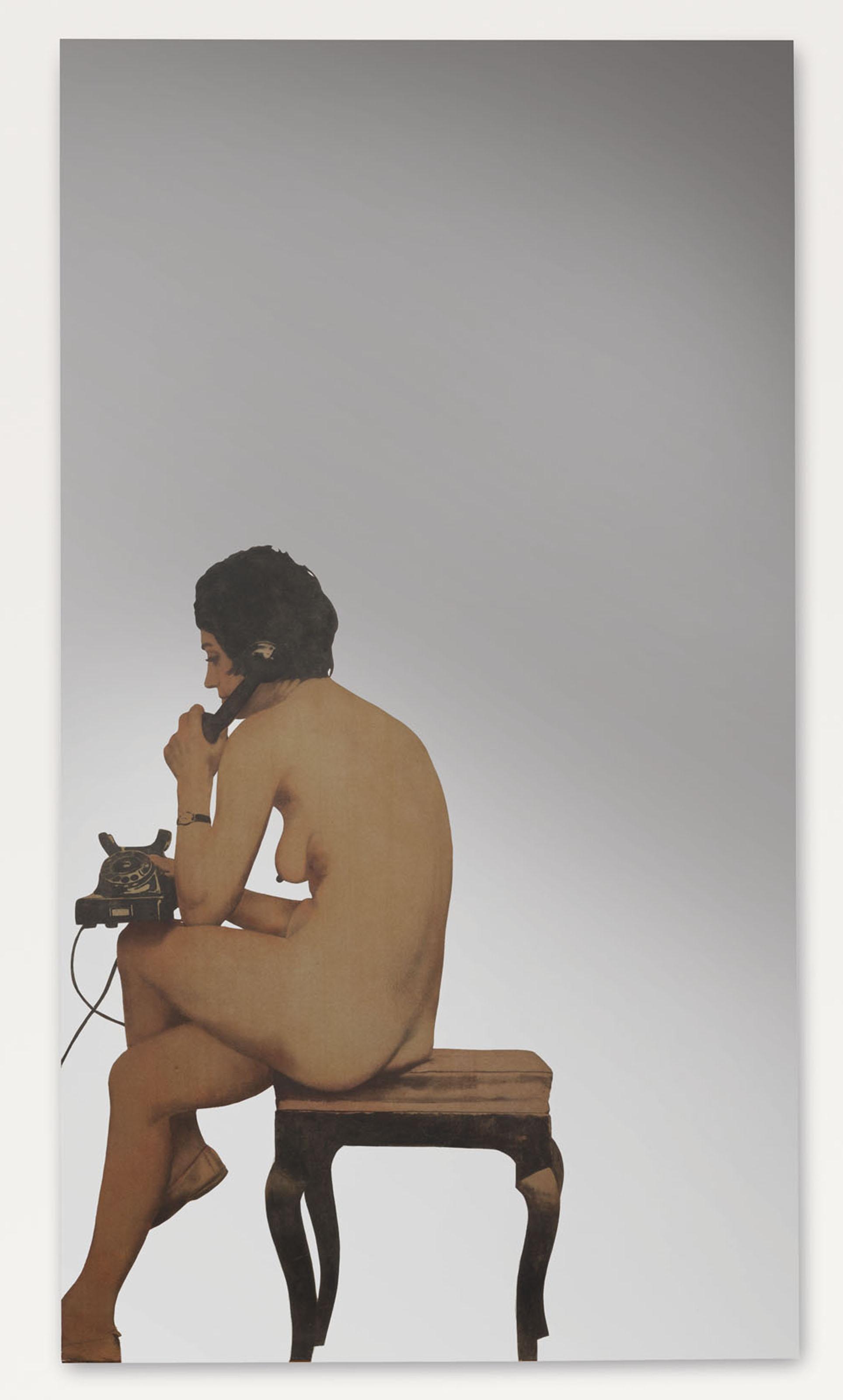 Donna nuda al telefono
