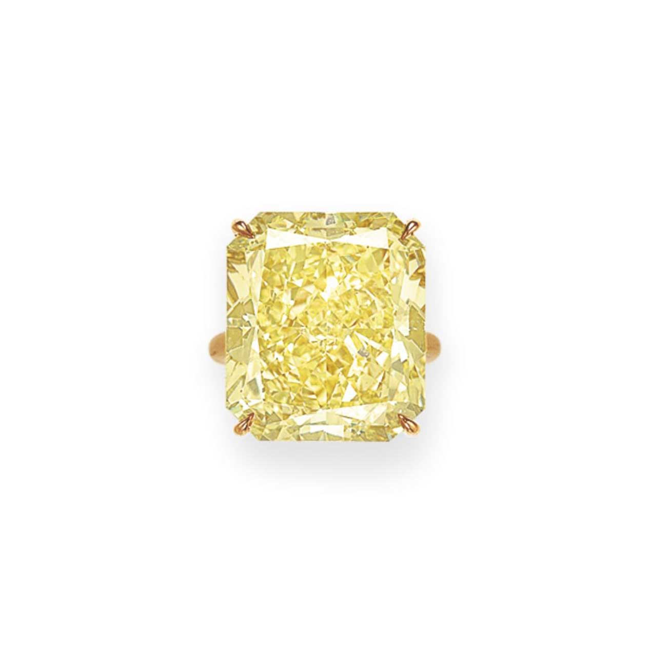 AN IMPRESSIVE COLORED DIAMOND RING