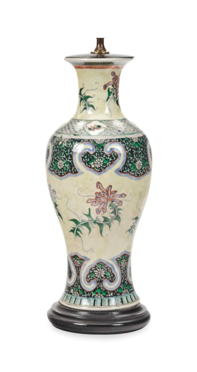A CHINESE PORCELAIN YELLOW GRO