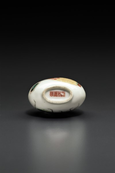 A FAMILLE ROSE PORCELAIN SNUFF