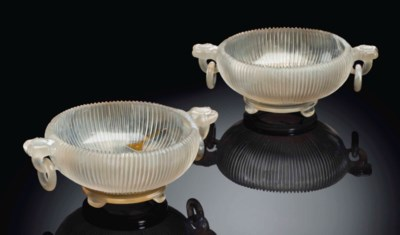 A PAIR OF AGATE BOWLS AND STAN