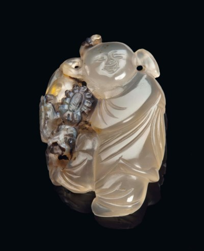A SMALL CHINESE AGATE CARVING,